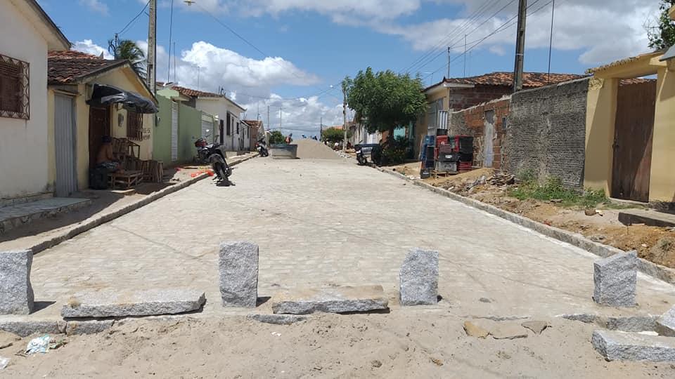 Início da Pavimentação das ruas. Ulísses Guimarães e Macrina Duarte de Souza no Bairro São João II.